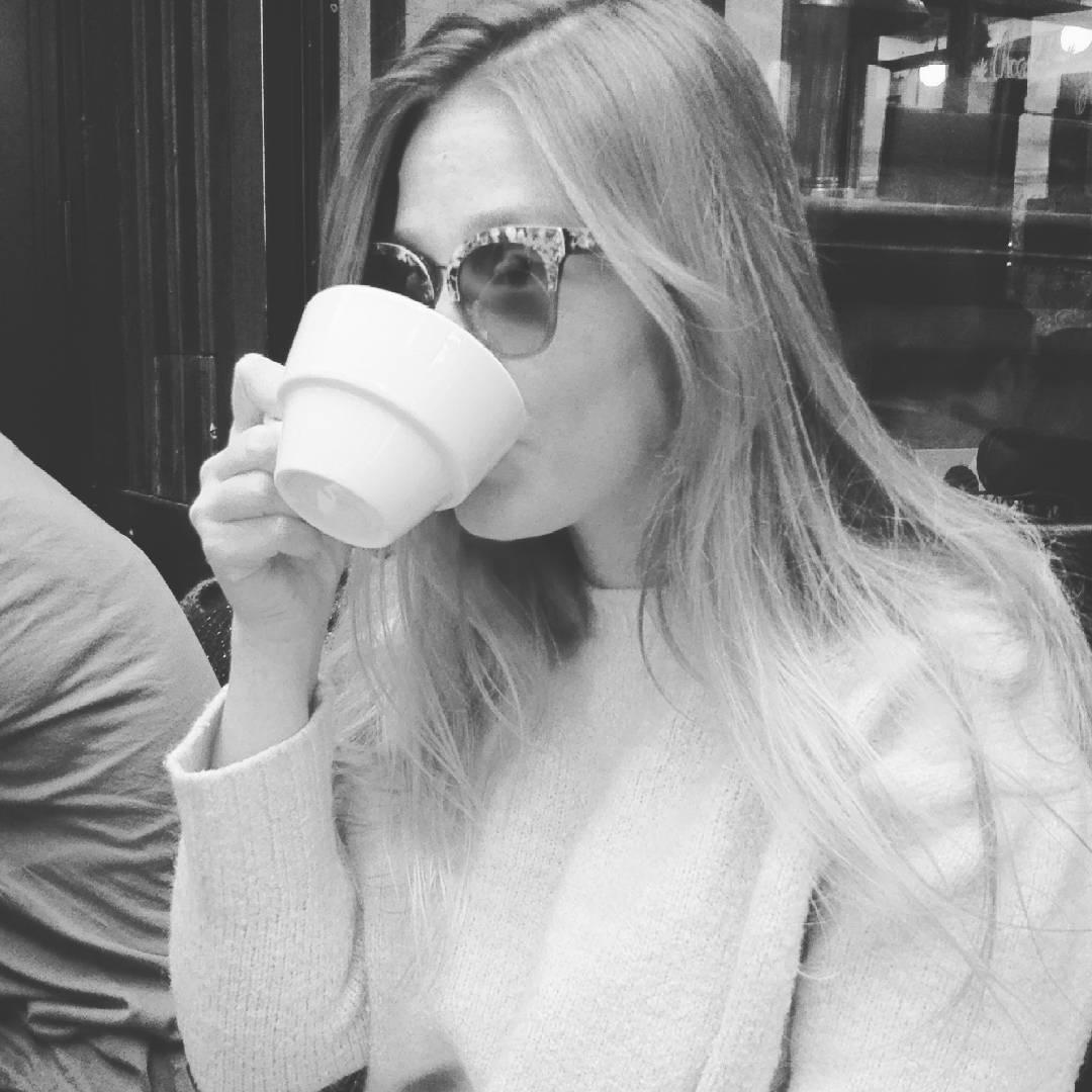 Petit thé en terrasse parisienne pour ce vendredi férié ! #sun #skyeyes #sunglasses #tea #teatime #terrasse #paris #me #look #goodtime